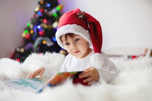 Niño leyendo libro sobre la magia de la Navidad.