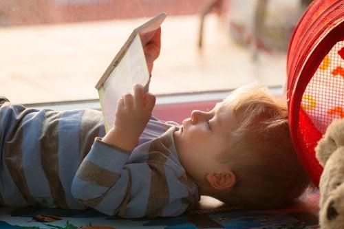 Niño leyendo un libro-juego de Abremente.