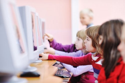 Niños en clase utilizando las nuevas tecnologías.
