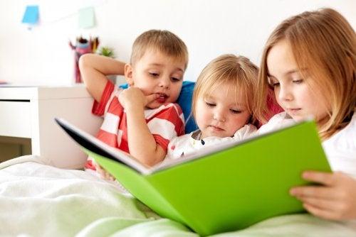Niños leyendo el libro que ganó el Premio El Barco de Vapor.
