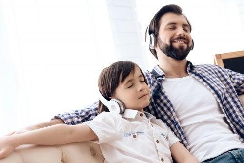 Padre con su hijo escuchando canciones en inglés.