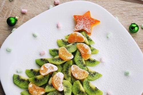 Árbol de Navidad hecho con frutas, uno de los posibles aperitivos navideños para niños.