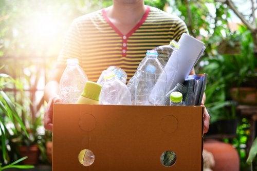 Niño reciclando botellas de plástico.