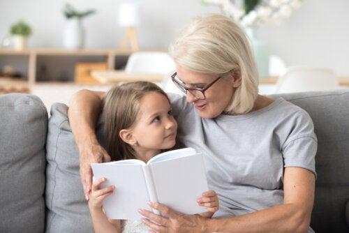 Abuela leyendo uno de los cuentos para pensar para niños a su nieta.