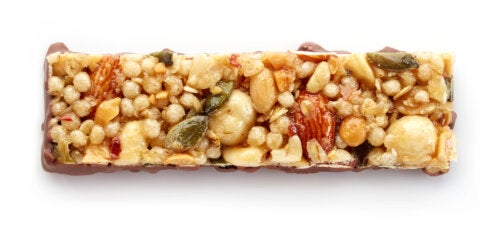 Barritas de avena y frutos secos, uno de los desayunos saludables para niños.