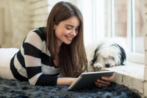 Chica adolescente usando la App eBiblio en la tablet durante la cuarentena.