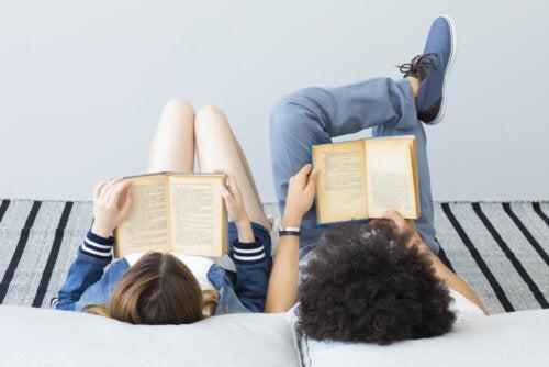 Chicos leyendo libros LIJ.
