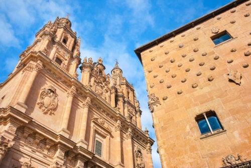 Casa de las Conchas y Clerecía, dos de los lugares para visitar en Salamanca gracias a la Patrulla Renacuaja.