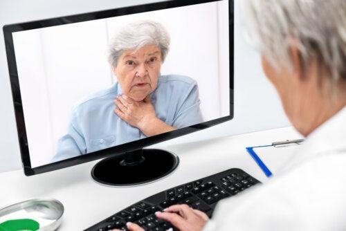 Médico de cabecera en una consulta digital con una paciente.