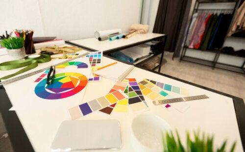 Mesa de un estudiante de Diseños de Interiores.