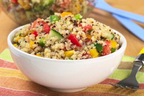 La ensalada de quinoa es una de las recetas bajas en fructosa que te proponemos.