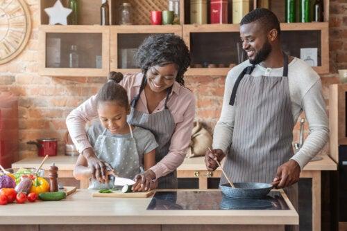 Padres cocinando con su hija como parte de la vida familiar.