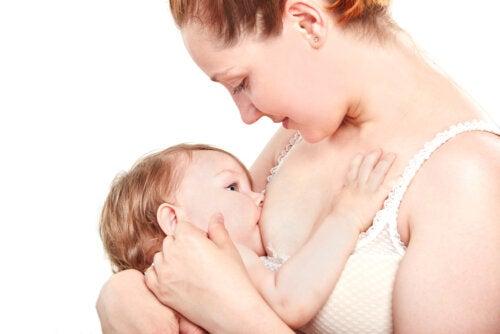 Mujer dando el pecho a su bebés durante la lactancia.