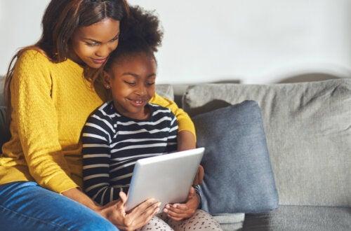 Madre e hija con una tablet decidiendo cuál de las todas las aplicaciones educativas propuestas deciden usar.