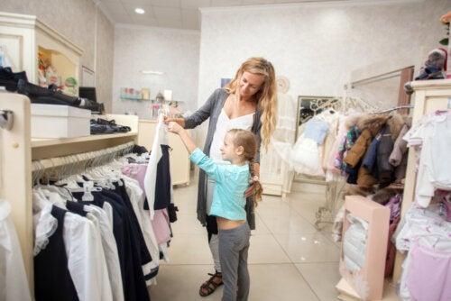 Madre e hija comprando ropa y llevando a cabo, inconscientemente, un aprendizaje informal.