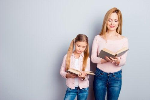 Madre e hija leyendo un libro para educar a los niños con el ejemplo.