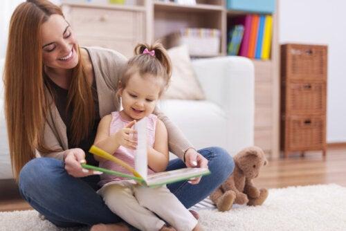 Madre e hija leyendo uno de los cuentos con sonido.