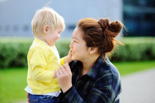 Mamá dando amor y cariño a su hijo.