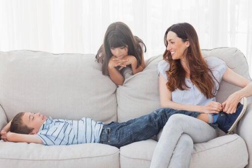 Madre con sus hijos en el sofá pensando en las madres sensibles educando a niños sensibles.