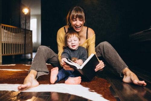 Madre leyendo a su hijo uno de los cuentos para aprender a sumar.