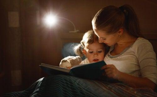 Madre leyendo el cuento Rosa contra el virus a su hija.