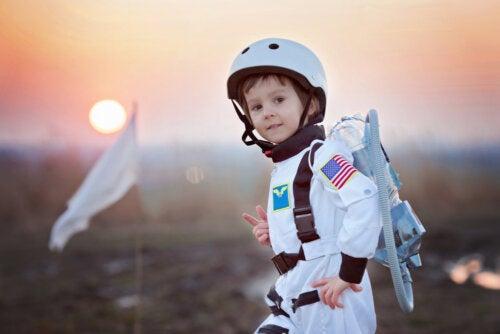 Niño con disfraz de astronauta.