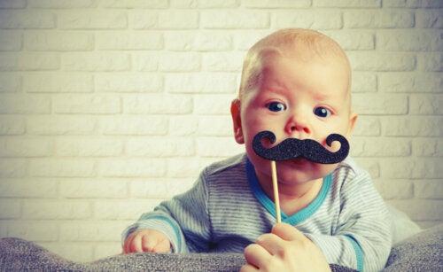 Bebé con un bigote participando es uno de los eventos culturales para esa edad.
