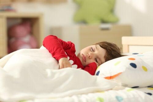 Niño durmiendo plácidamente con un buen sueño infantil.