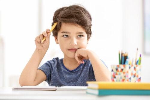 Niño estudiando con el método PLEMA.