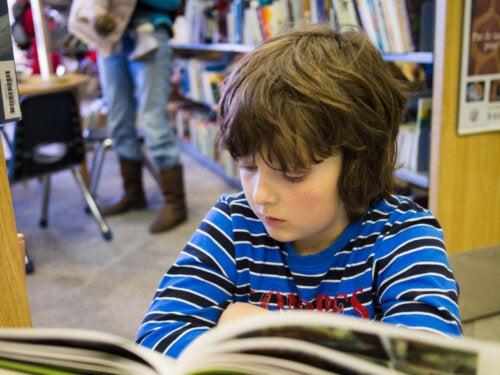 Niño leyendo uno de los cómics de Superpatata.