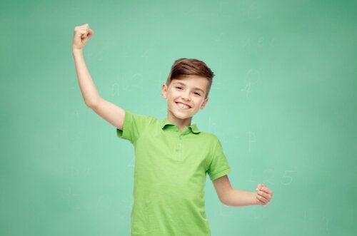 Niño feliz por haber aprendido las fortalezas personales.