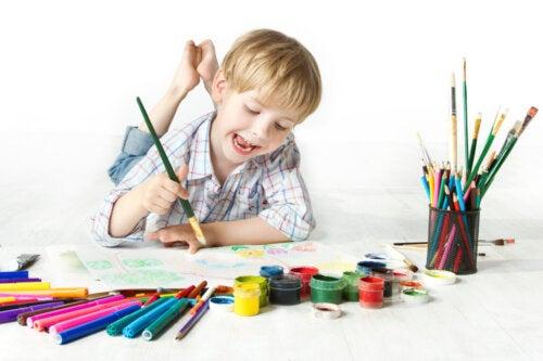 Niño dibujando como parte del test de Torrance para evaluar la creatividad en niños.