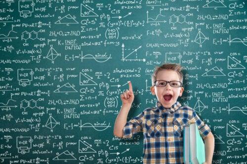 Niño con una pizarra llena de fórmulas matemáticas detrás de él.