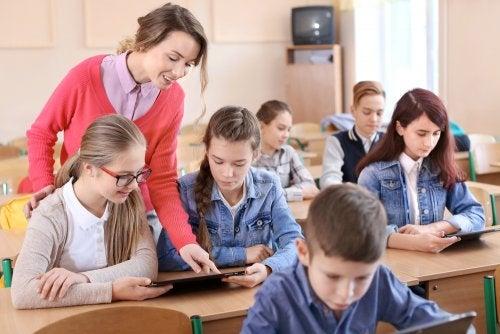 Alumnos en clase aprendiendo con las tablets y la ayuda de la profesora.
