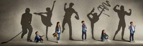 Niños representando diferentes formas de expresión artística en eventos culturales.