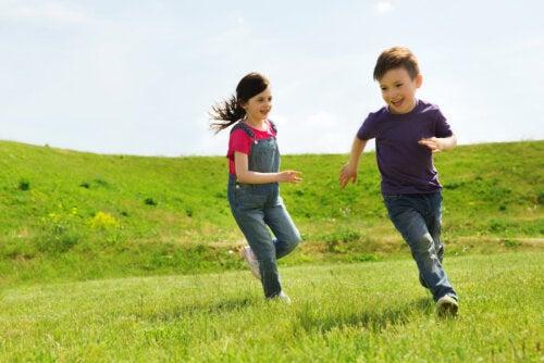 Niños jugando por el campo sin miedo a salir a la calle por el coronavirus.
