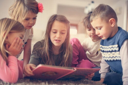 Niños leyendo uno de los libros infantiles para mejorar la atención y la concentración.