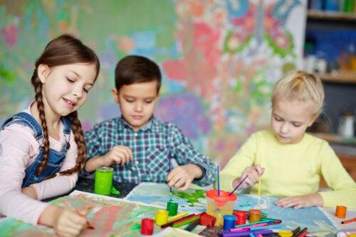 Niño dibujando para desarrollar la creatividad.