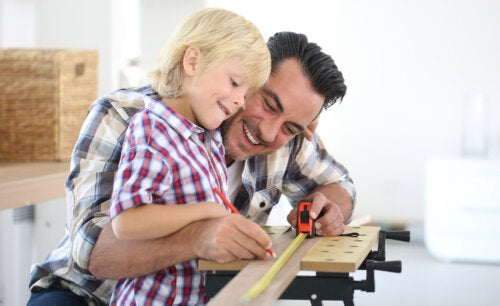 Padre e hija haciendo tareas de bricolaje.