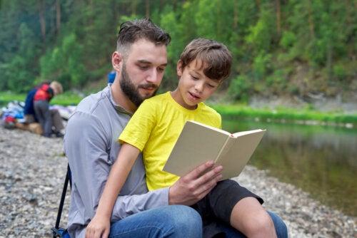 Padre con su hijo leyendo uno de los libros para desarrollar la memoria.