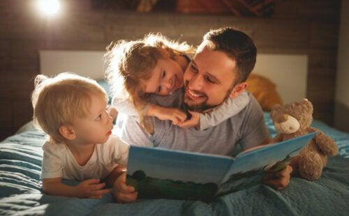 Padre leyendo cuentos que transmiten valores a sus hijos.