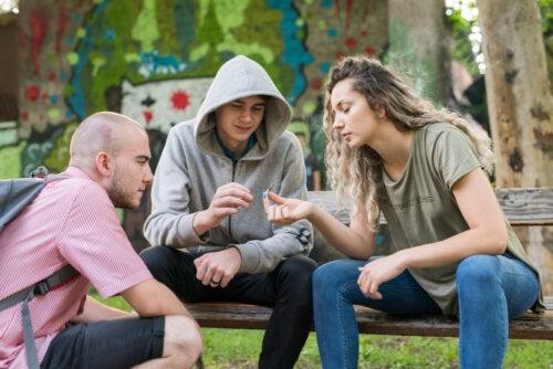 Grupo de adolescentes consumiendo drogas en el parque sin tener en cuenta cómo la droga afecta al desarrollo cognitivo.