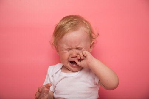 ¿Qué síntomas tiene un bebe cuando le salen los dientes?