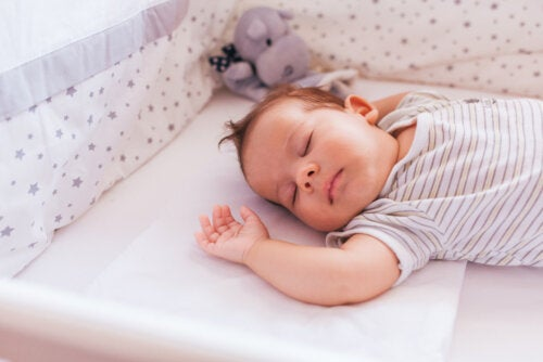Niño dormido plácidamente.