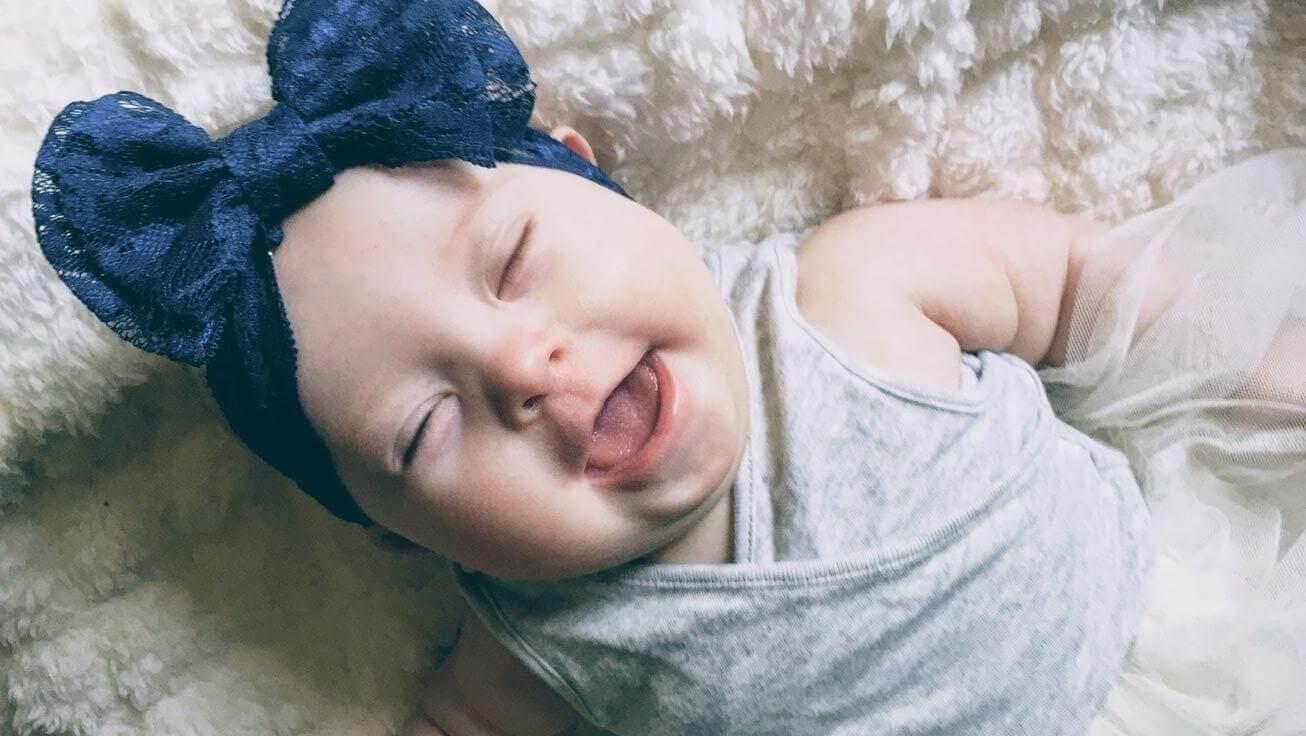 Niña bebé con Síndrome de Down sin problemas en la lactancia materna.