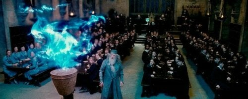 Dumbledore con el Caliz de Fuego en Harry Potter.