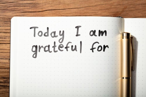 Tener un diario o cuaderno para escribir notas de agradecimiento o tus sentimiento es un buen método para la educación emocional.