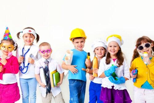 Niños disfrazados con el uniforma de diferentes profesiones.