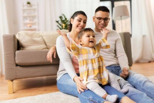 Familia con su bebé de visita en casa de unos amigos.