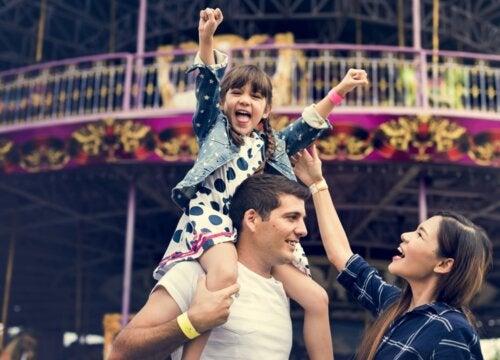 Familia en el parque de atracciones.